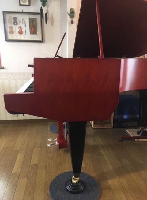 <p>独特のフォルムを持つこのピアノ、</p> <p>本体とペダルボックスはマホガニー艶消し、</p> <p>脚部は黒の艶出し塗装。</p>