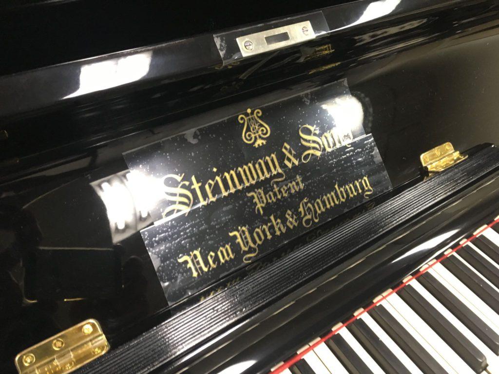 <p>鍵盤蓋の金文字はオリジナルの真鍮文字を残しました。</p>