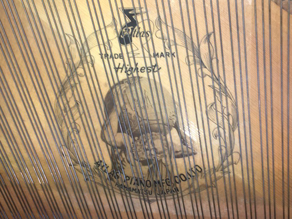 <p>響板にはギリシャ神話に出てくる、アトラスが描かれる。 ゼウスに敗れ世界の西の果てで天空を背負う役目を負わされた。</p>