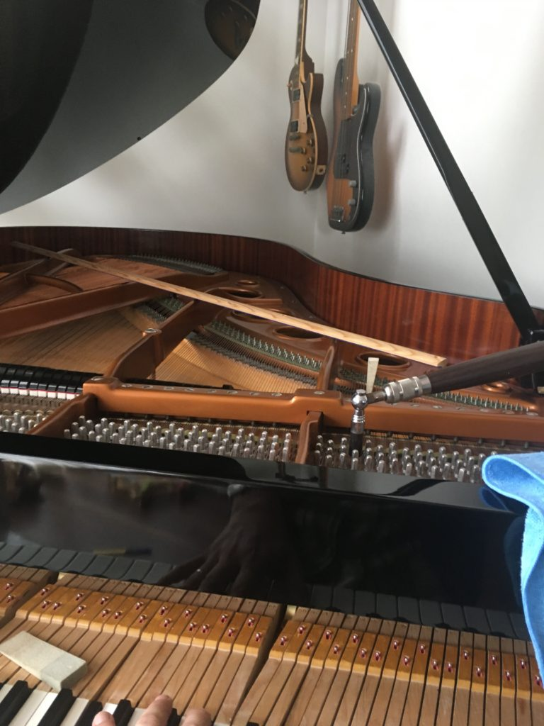 <p>後ろの壁にはなんと!フェンダーのジャズベースとギブソンのレスポール!!</p> <p>ピアノを2階に吊り上げ移動をしたら、ご主人もギターを弾けるようになるそうですよ!</p>