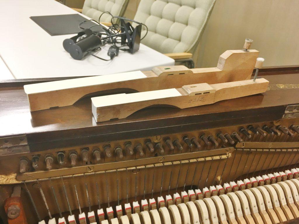 <p>2台のピアノの鍵盤の長さを比べてみました。</p> <p>51鍵盤の白鍵は、まさに足踏みオルガンの鍵盤のような長さ。</p>