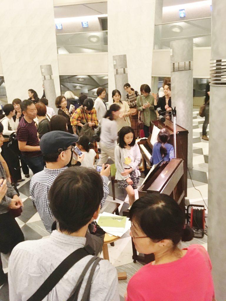 <p>演奏会終了後は、近くで一目見ようと、お客様が2台の楽器に群がりました。</p> <p>二台共に、一音に1本の弦(通常のピアノは3本弦)で、リュートのような美しい音色が京都コンサートホールのロビーに響き渡りました。</p>