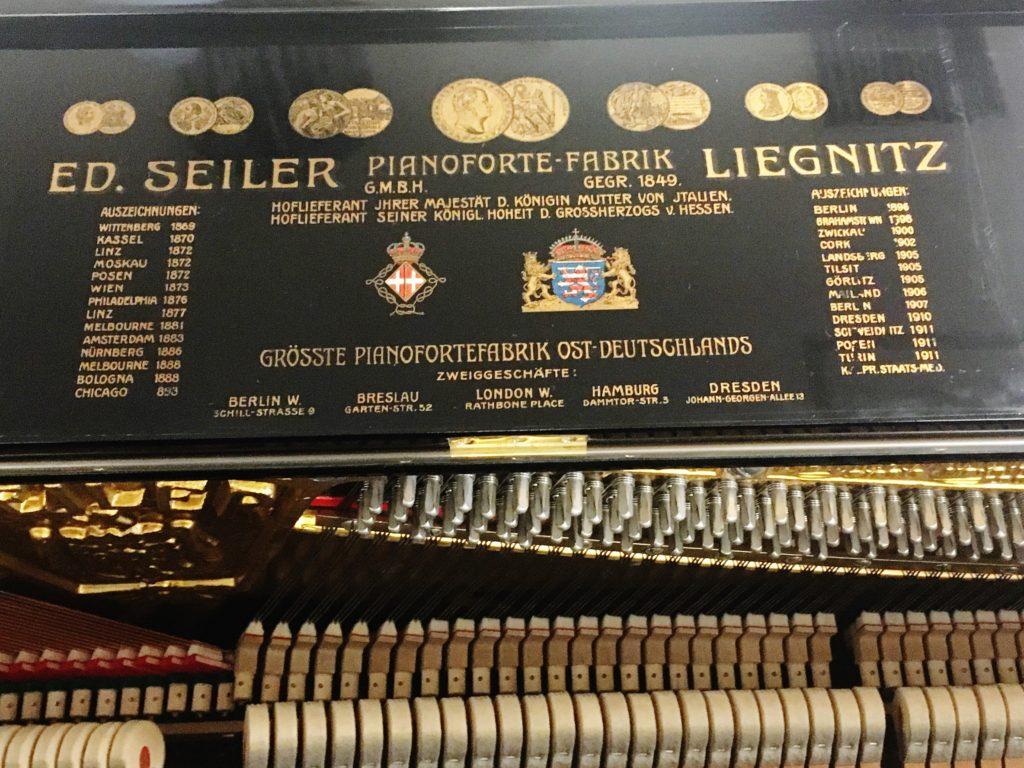 <p>天井のふたを開けると、ヨーロッパ中の王室・皇室のご用達記録に加えてここにもメダルが刻まれています。</p>
