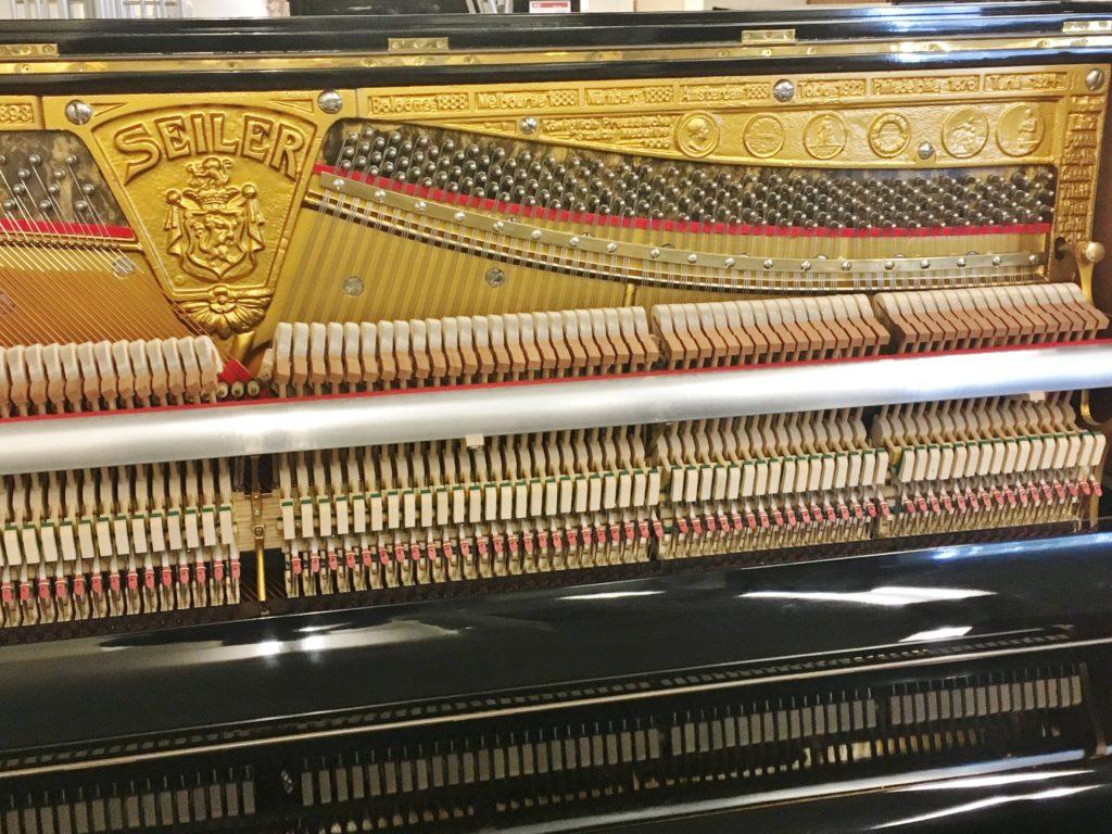 <p>関西の某楽器店にてオーバーホールされ現在展示中!</p> <p>ご興味ある方はお問い合わせください。</p>