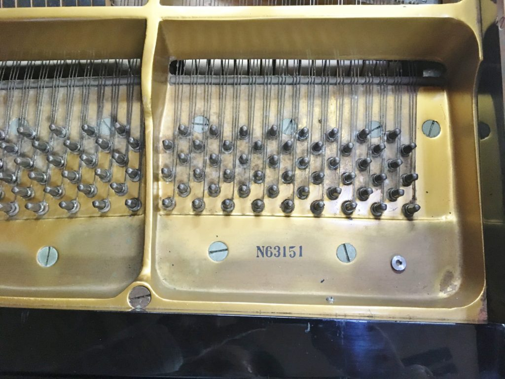 <p>この楽器は製造番号からN(11月)1963年の51台目と思われます。</p>