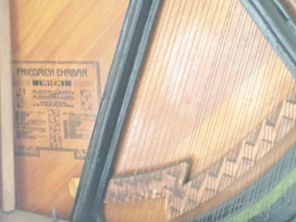 <p>響板には、その品質の高さを証明するオーストリア・ハンガリーの王室・皇室から贈られた栄誉を始めオットー大公、オスマン・スルタン、ギリシャ王、ポルトガル王、ギリシャ王など多くの王・皇室からの認定状が記述されています。</p>
