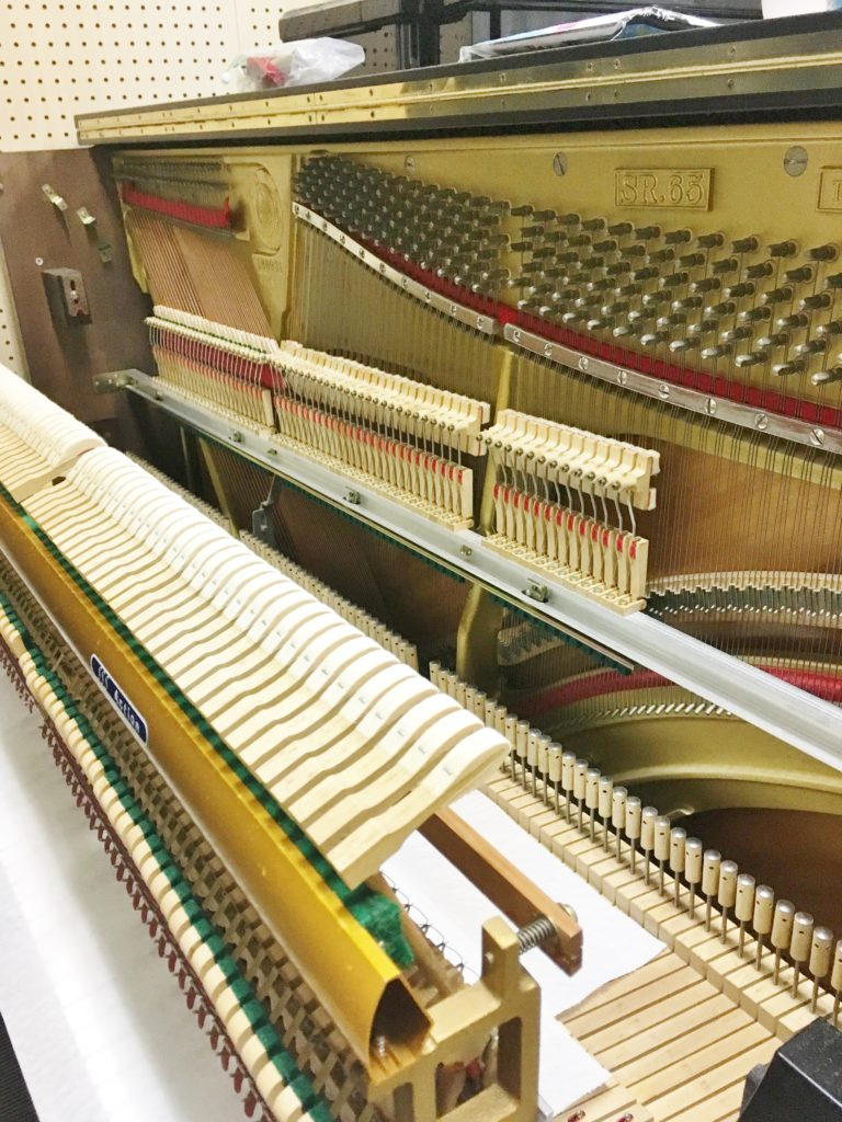 <p>SSSシステム・アクションで、グランドピアノと同じペダルシステムが装備されている秘密はここにあります。 通常、アップライトのアクションは打弦機構と止音機構が一体に組上げられていますが、この楽器は写真のように別々に組まれているので鍵盤を左右にスライドさせることができます。</p>
