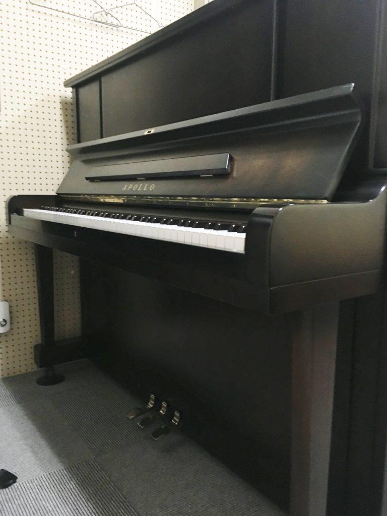 <p>APOLOの自信作!SR-65 </p> <p>軽やかなタッチと音色!</p> <p>グランドピアノと同じウナコルダペダル装備!</p> <p>ダークウォールナットの美しい1台です。</p>