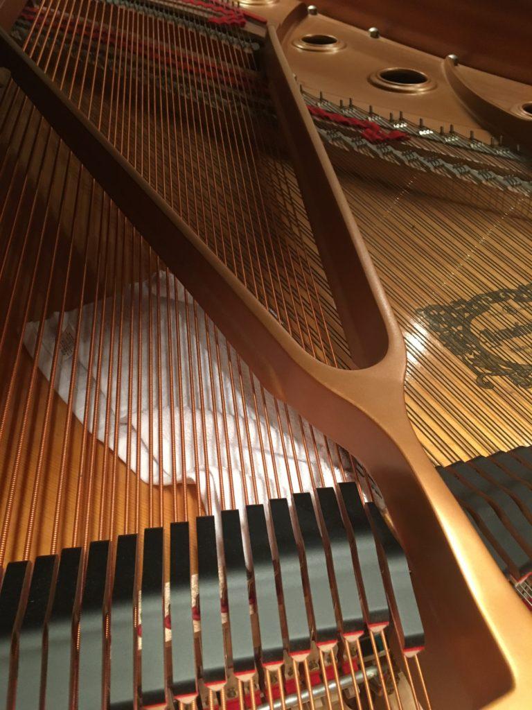 <p>初めてのピアノでは、弦の下へとタオルをくぐらすと…</p>