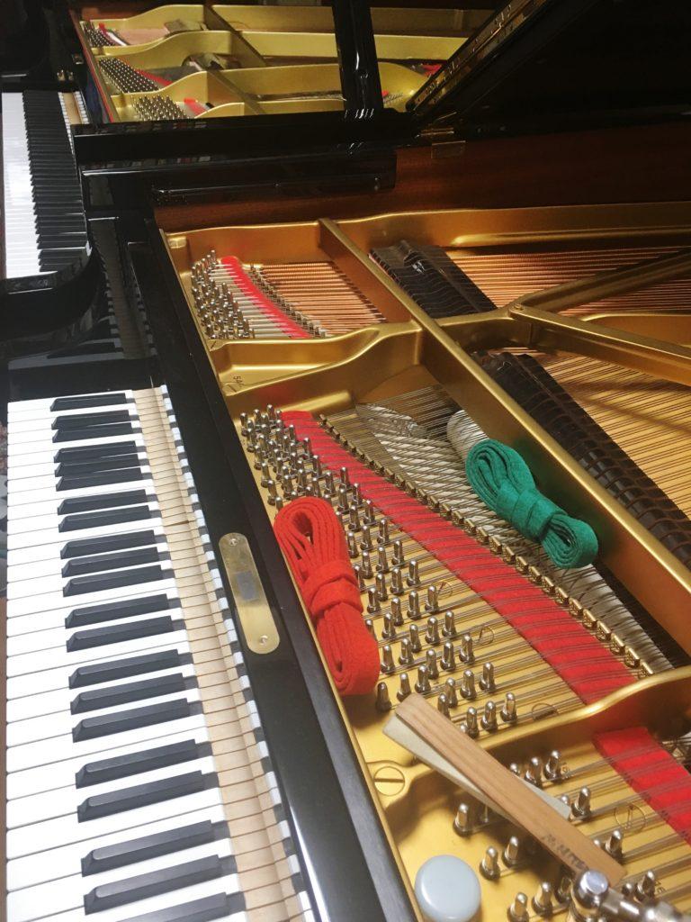 <p>昨日初めて触れた90年代後期のB型。 ここはピアニストさんのご自宅。</p> <p>1年前まで調律されていた方は、そのデュープレックスの部分の多くを</p> <p>共鳴しないようにされていました。</p>