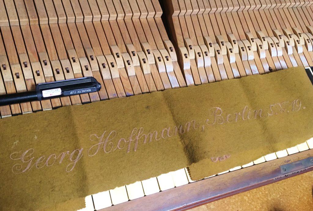 <p>楽器本体にはどこにもメーカーを示す記述がありません。</p> <p>唯一、鍵盤のカバーに</p> <p>《Georg Hoffmann ,Berlin S.W.19.》</p> <p>とあります。</p>