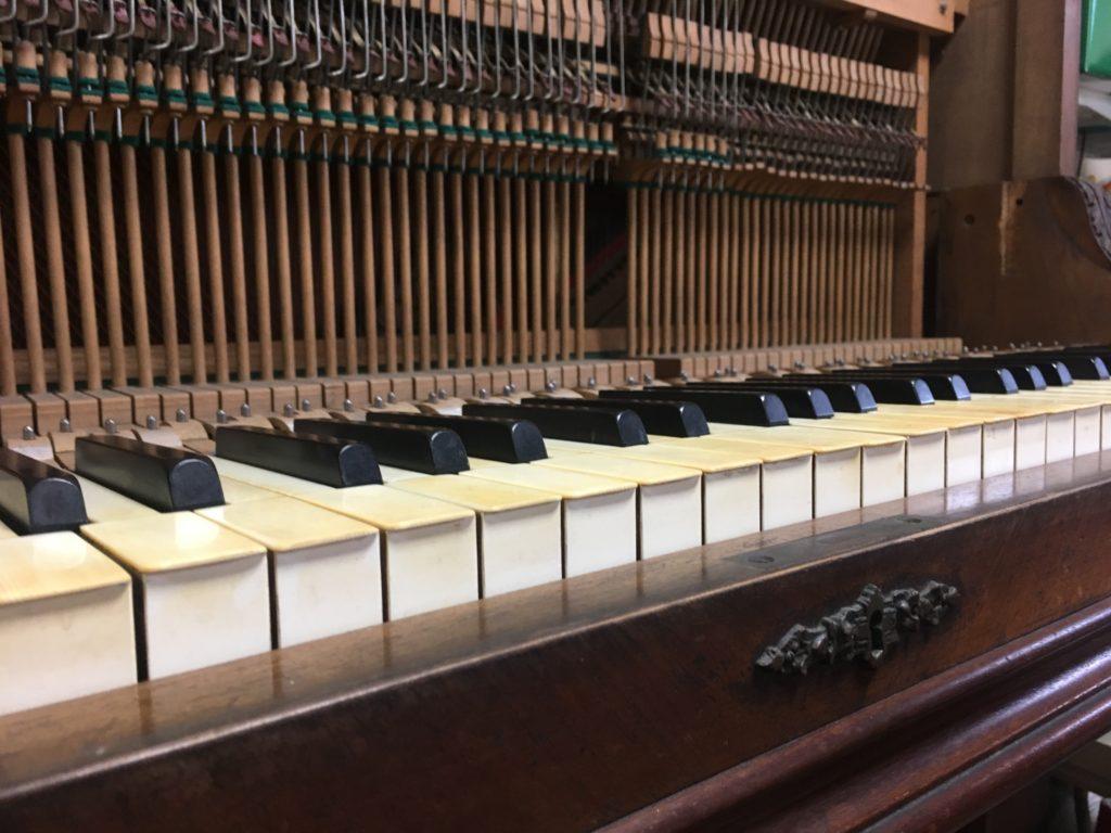 <p>中音部のピン板(調律ピンが打ち込まれている堅い板)が弦の張力に負けて割れてしまい、音程を保てなくなっているのが非常に残念でした。</p> <p>しかし、アクションの状態は良好で聞こえてくる音色は明るく非常に伸びやかでした。</p> <p>このピアノを必要とする方がおられないでしょうか・・・。</p>