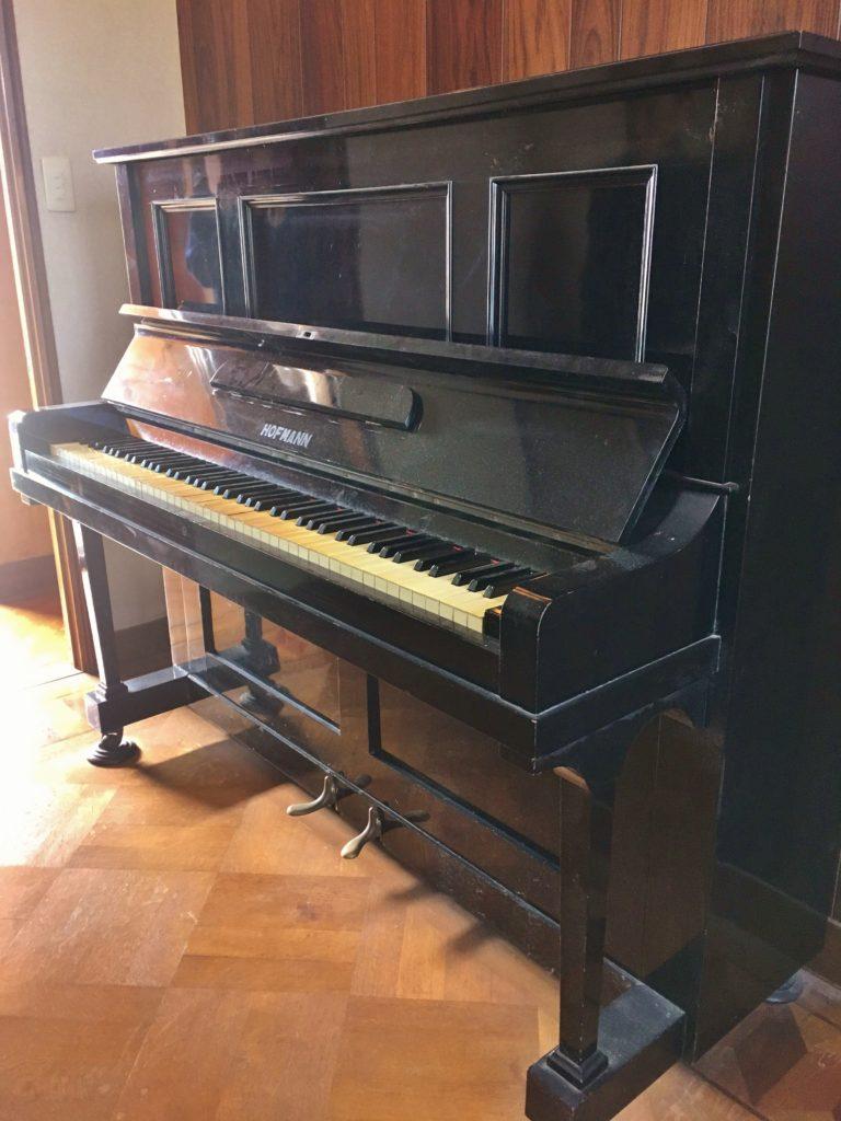 <p>ピアノ製造に関してはヤマハよりも14年早い1886年に取り掛かった西川虎吉。</p> <p>その手による西川ピアノのHOFMANNとみられるこの楽器、現在の持ち主の祖父母は東京芸大で教鞭をとられた方だそうです。この歴史ある楽器を次の時代も活かす方法をオーナー様と共に考えていきたいと思います。</p>