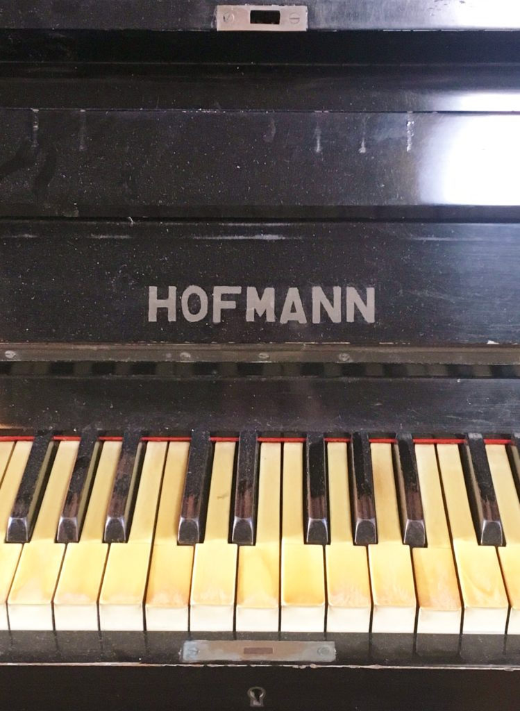 <p>黄ばみの強い象牙の鍵盤とすり減った黒檀黒鍵から、今まで多くの時間演奏されてきた楽器であると推測できます。</p>